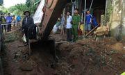 Quảng Ngãi: Xe xúc đào trúng mìn, một người bị thương, hàng chục ngôi nhà bị ảnh hưởng