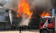 Bình Dương: Cháy dữ dội tại công ty sản xuất gỗ, nhà xưởng 2000m2 bị thiêu rụi