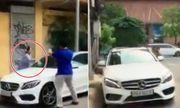 Video: Bị thách thức, cụ bà ở Sài Gòn lao vào đập nát xe Mercedes