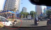 Video: Tạt đầu ô tô, nữ