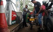 Chỉ sau 1 đêm, giá xăng ở Zimbabwe tăng