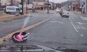 Video: Bé gái 2 tuổi văng khỏi ô tô đang chạy bon bon trên đường, người mẹ không hề hay biết