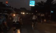 Video: Đi xe đạp liều mạng vượt đèn đỏ, tạt đầu xe khách