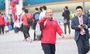 Thầy trò HLV Park Hang-seo cười tươi rói vẫy tay với người hâm mộ khi vừa đến sân bay