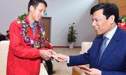 Tuyển Việt Nam nhận lì xì của Bộ trưởng Bộ VHTT&DL khi vừa tới sân bay