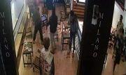 Video: 6 thanh niên bị người lạ dùng mã tấu, dao chém trọng thương ở quán cà phê
