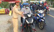 CSGT Đồng Tháp phát nước, khăn lạnh miễn phí cho người dân về quê ăn Tết