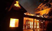 Thắp nhang dẫn tới hỏa hoạn, căn nhà gỗ tiền tỷ tại Nghệ An bị thiêu rụi