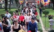 Hàng nghìn người dân chen chân tới Văn Miếu đầu năm mới