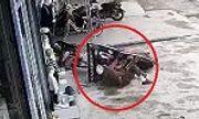 Video: Người đàn ông say xỉn lái xe máy xuyên thủng biển quảng cáo