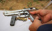 Vụ ôm súng cố thủ trong xe ô tô ở Hà Tĩnh: Phát hiện khẩu súng đã được lên đạn