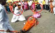 Video: Người đàn ông dùng rìu bổ dừa trên bụng cô gái và cái kết bất ngờ