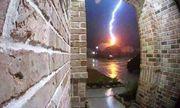 Video: Camera ghi lại khoảnh khắc sét đánh trúng nhà dân