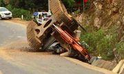 Tai nạn hi hữu: Máy xúc rơi khỏi thùng xe tải đè chết người đi đường