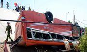 Xe ô tô chở du khách nước ngoài gặp nạn, nhiều người nhập viện cấp cứu