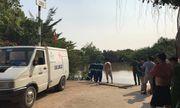 Dân dùng dây kéo thi thể đang nổi trên sông vào bờ
