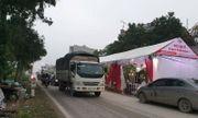 Video: Rạp cưới dựng giữa quốc lộ, xe ben, xe tải vun vút lao qua