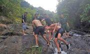 Tắm suối ở đèo Hải Vân, du khách người Anh trượt chân ngã, chấn thương nặng