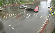 Video: Vượt đèn đỏ, SUV màu đen húc văng ô tô khác giữa giao lộ