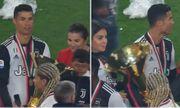 Ronaldo vô tình để cúp vô địch đập vào mặt con trai