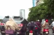 Cộng đồng mạng - Clip: Ô tô biển xanh đâm vào nhiều xe máy rồi bỏ chạy