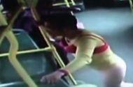 Đời sống - Video: Kỳ lạ người đàn ông mặc đồ lót của vợ cho... đỡ nhớ