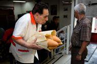 Thị trường - Venezuela: 1 hộp bao cao su giá 16 triệu, 1 chiếc bánh mì giá hơn 3 triệu