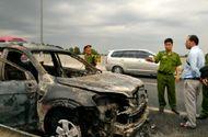 """Tin trong nước - Ôtô 7 chỗ cháy """"trơ khung"""" trên cao tốc TP.HCM - Trung Lương"""