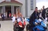 """Video-Hot - Cô dâu chơi """"trội"""" lái môtô phân khối lớn dẫn đầu đoàn đám cưới"""