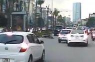 Video-Hot - Mải chạy xe máy đánh võng, quái xế nằm gục vì tông vào ôtô