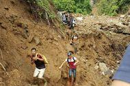 """Tin trong nước - Sập hầm vàng ở Lào Cai: """"Không tìm thấy con, tôi đành lấy đất mang về"""""""
