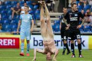 """Thể thao 24h - Nhà vô địch EURO trần """"như nhộng"""" lao vào sân"""