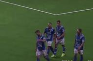 Bóng đá - Cầu thủ leo lên khán đài tự vỗ tay ăn mừng bàn thắng nhận kết cục đắng lòng