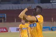Video-Hot - Pha khiêu khích CĐV khiến đội trưởng Thanh Hóa bị treo giò 8 trận