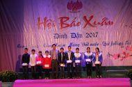 Sống đẹp - Quỹ Nhịp cầu Hồng Đức trao 10 suất quà cho HS nghèo học giỏi tại Hội báo Xuân