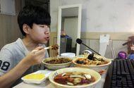 """Đời sống - Chàng trai 15 tuổi kiếm 30 triệu mỗi đêm nhờ nghề """"vừa ăn vừa ghi hình"""""""