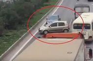 """Tin trong nước - 3 ô tô """"rủ nhau"""" chạy ngược chiều trên cao tốc Hà Nội- Bắc Giang"""