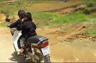 Video-Hot - Hoảng hốt bé 7 tuổi chở em nhỏ phóng xe máy đổ đèo Hà Giang