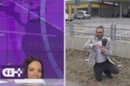 Video-Hot - MC xinh đẹp chui xuống bàn khi bị cầu hôn trên truyền hình trực tiếp