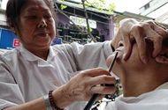 Video-Hot - Cụ bà 80 tuổi 60 năm cắt tóc cho nam giới ở phố cổ Hà Nội