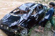 Tin trong nước - Ô tô chết máy giữa dòng nước, tài xế bị lũ cuốn tử vong