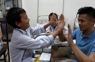 Chuyện làng sao - Trọng Hiếu truyền tinh thần lạc quan tới các bệnh nhi về máu