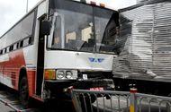 Tin trong nước - Tai nạn liên hoàn, 6 ôtô dính chặt vào nhau trên đại lộ Võ Văn Kiệt