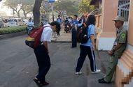 Tin tức - Ấm lòng hình ảnh học sinh cúi đầu chào bác bảo vệ trước khi vào trường