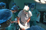 """Sức khoẻ - Làm đẹp - Bác sỹ Mỹ có """"bàn tay vàng"""" phẫu thuật thành công khối u quái khủng trên mặt bệnh nhân Việt"""