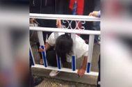 Cộng đồng mạng - Chết cười với tai nạn người phụ nữ gặp phải khi leo qua rào chắn sang đường