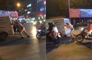 Video - Video: CSGT đẩy giúp ô tô chết máy ở Hà Nội