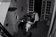 """Tin tức - Clip: Thanh niên đột nhập trộm xe máy còn """"cẩn thận"""" đóng cửa giúp gia chủ"""