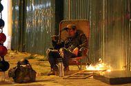 Cộng đồng mạng - Trời rét, người dân Hà Nội quây quần đốt củi sưởi ấm ngay ven đường