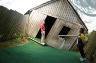 Tin tức - Giải mã sự thật về ngôi nhà khiến ai đi vào cũng nghiêng về phía trước 45 độ mà không ngã